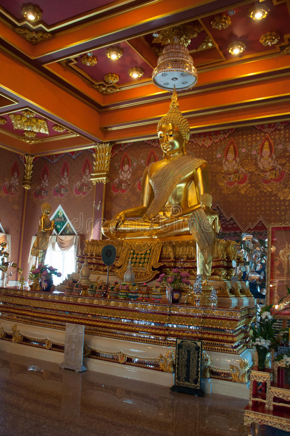 Statua dorata di Buddha a Wat Khun Inthapramun, Tailandia fotografia stock