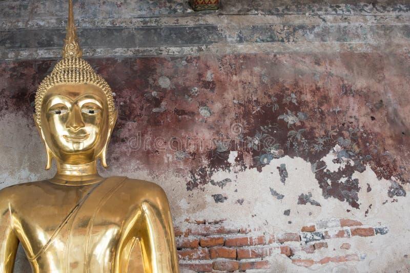 Statua dorata di Buddha, Wat Suthat a Bangkok, Tailandia immagine stock