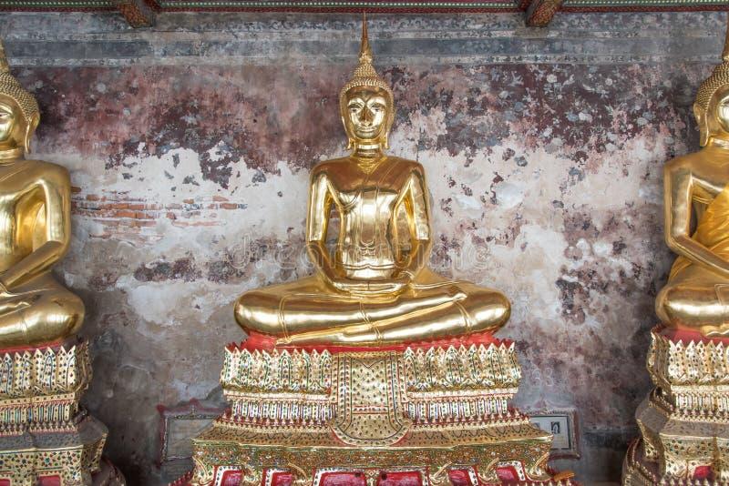 Statua dorata di Buddha, Wat Suthat a Bangkok, Tailandia fotografia stock