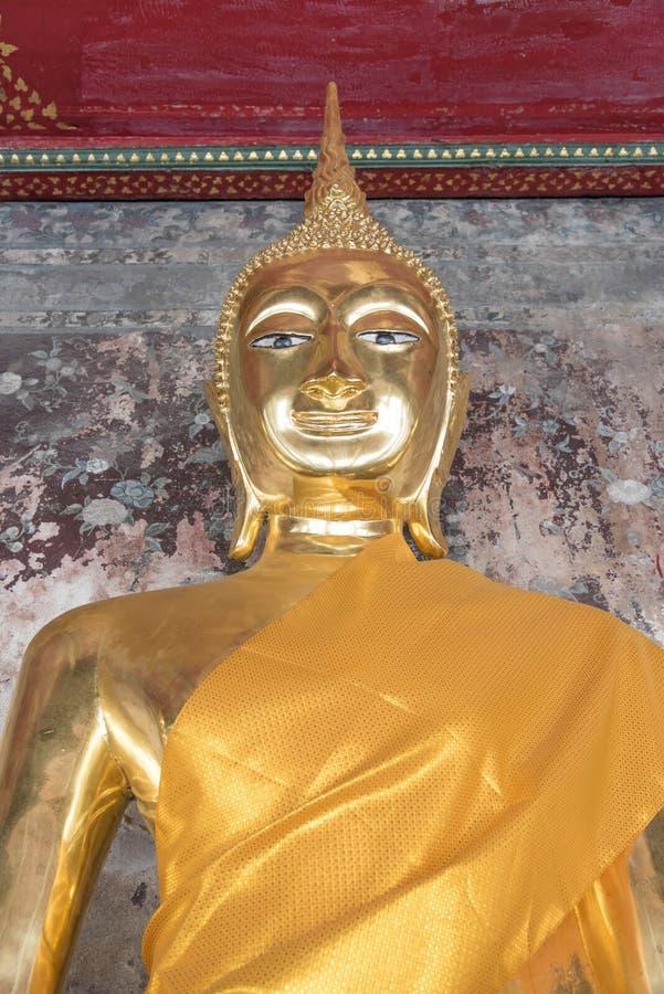 Statua dorata di Buddha, Wat Suthat a Bangkok, Tailandia fotografie stock
