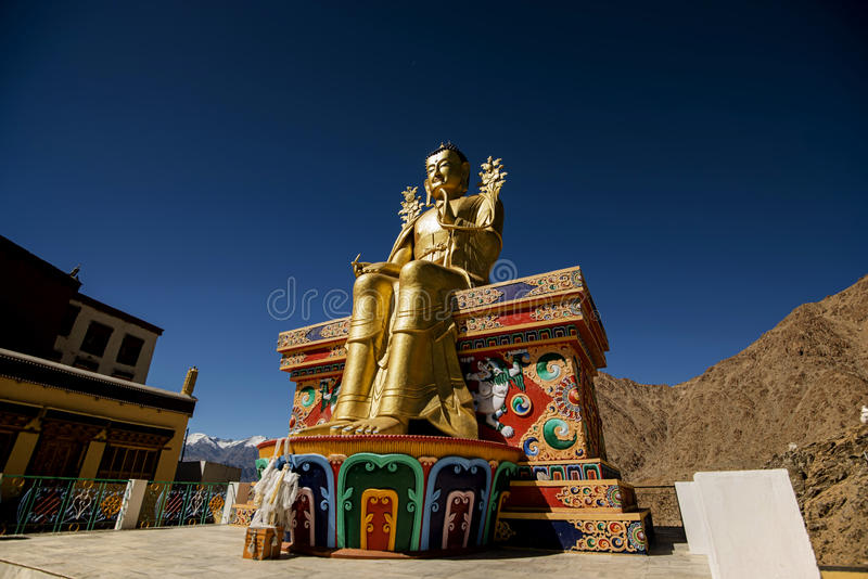 Statua dorata di Maitreya Buddha nel monastero di Likir fotografia stock
