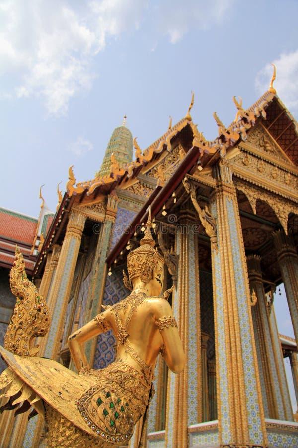 Statua dorata di un Kinnara che custodice Wat Phra Kaew immagini stock libere da diritti