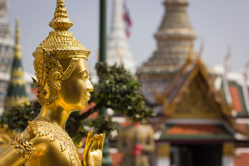 Statua dorata di un Kinnara nel tempio buddista di Wat Phra Kaew fotografie stock