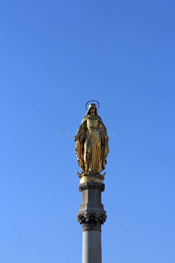 Statua dorata di vergine Maria, cattedrale di Zagabria immagini stock libere da diritti