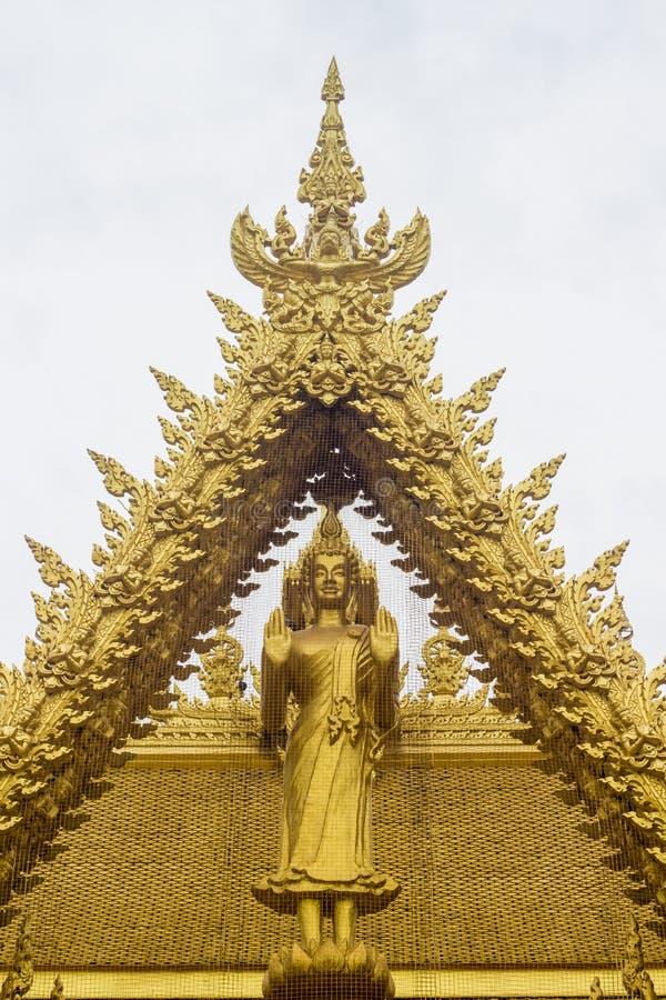 Statua dorata diritta di Buddha a Wat Paknam Jolo, Bangkhla, provincia di Chachoengsao, Tailandia immagini stock