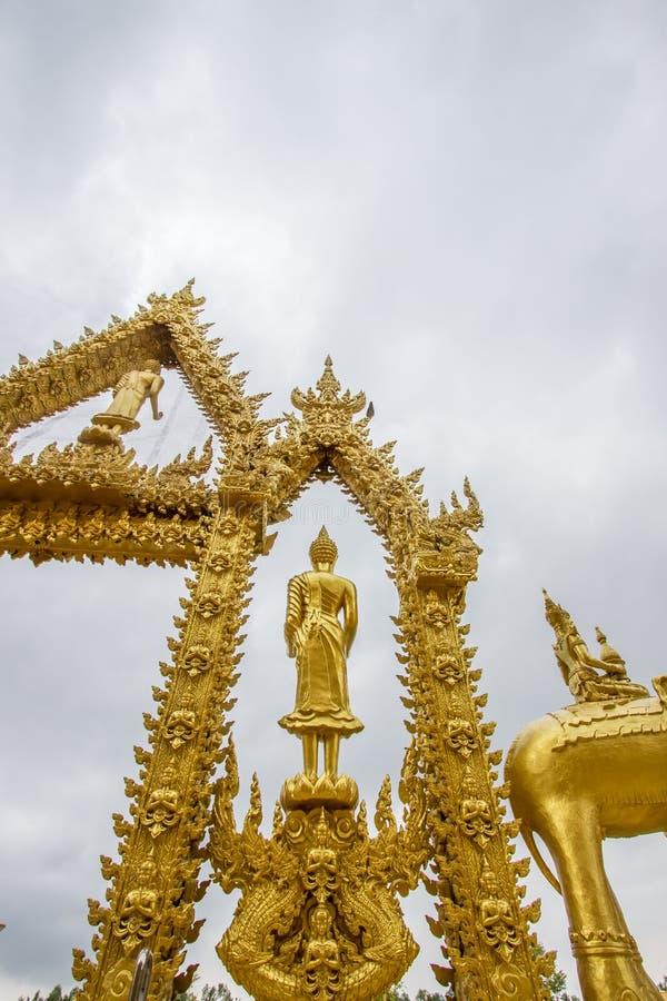 Statua dorata diritta di Buddha a Wat Paknam Jolo, Bangkhla, provincia di Chachoengsao, Tailandia immagini stock libere da diritti