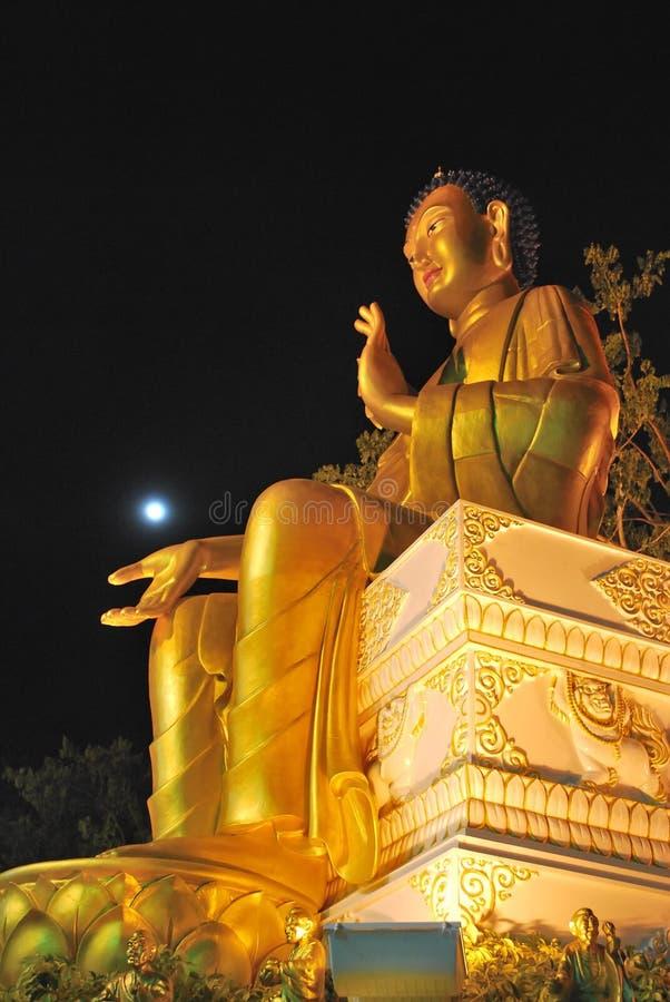 Statua dorata maestosa del buddha fotografia stock libera da diritti