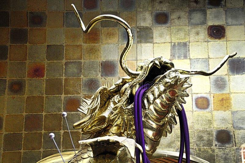 Statua dorata metallica del drago fotografia stock