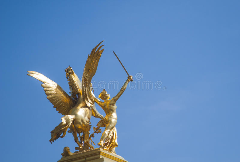 Statua dorata Parigi Francia del ponte di Pont Alexandre III fotografie stock libere da diritti