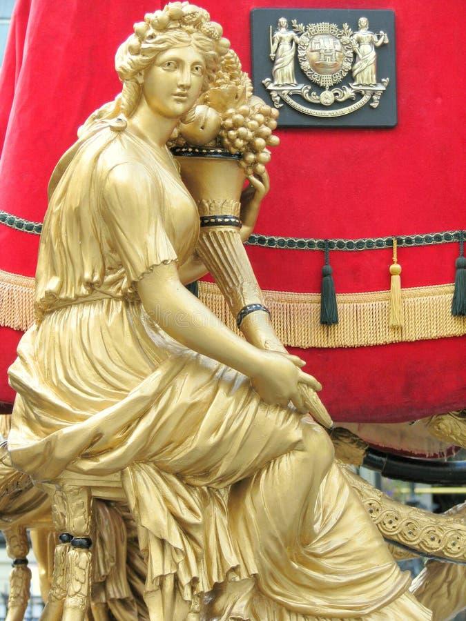 Download Statua Dorata Su Un Trasporto Immagine Stock - Immagine di futuro, prosperità: 55351155