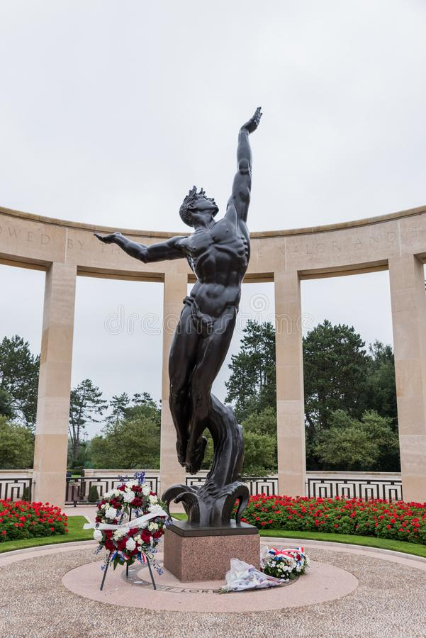 Statua duch Amerykański młodości wydźwignięcie od fal przy Normandy Amerykańskim militarnym cmentarzem pomnikiem przy Omaha i obraz stock