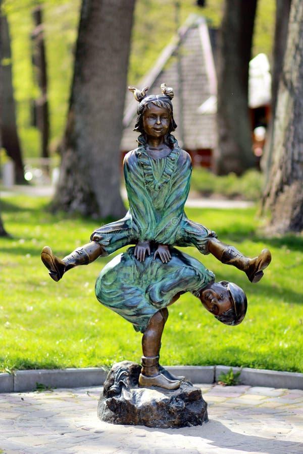 Statua dzieci palying i skacze obrazy stock