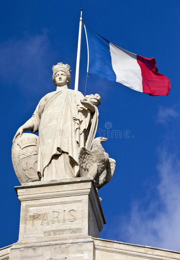 Statua e bandiera del francese a Parigi immagini stock