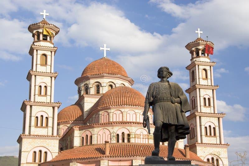 Statua e chiesa ortodossa, Korca, Albania immagini stock libere da diritti