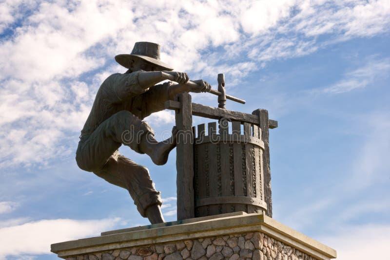 Statua e cielo del torchio di Napa Valley immagine stock libera da diritti