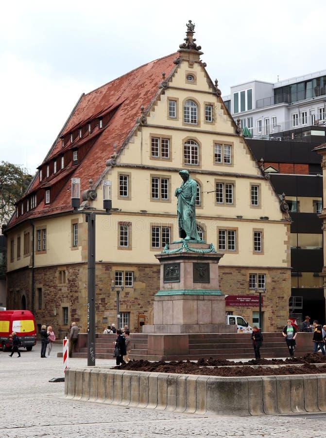 Statua e costruzione a Stuttgart, Germania fotografia stock