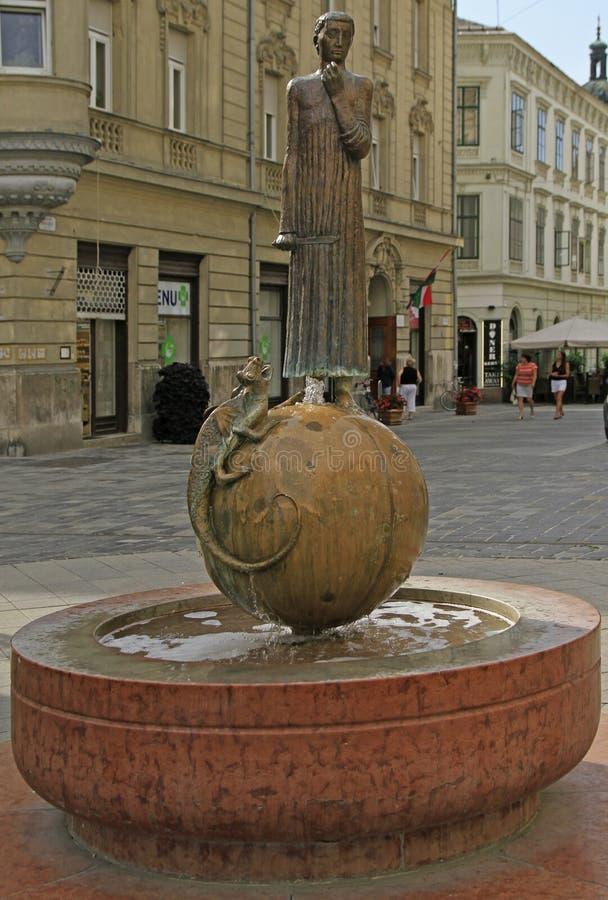 Statua e fontana dell'assassino St George del drago in Gyor fotografia stock libera da diritti