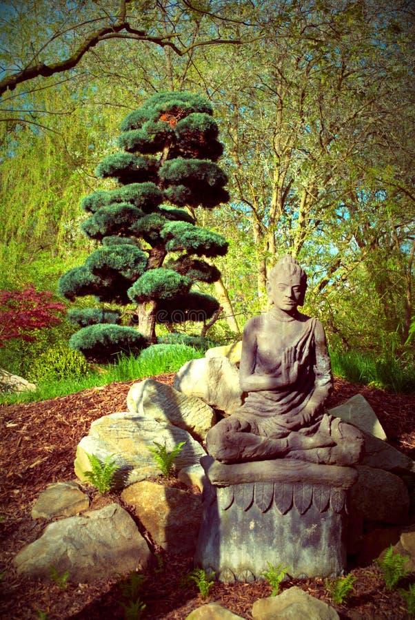 Statua e giardino fotografie stock libere da diritti