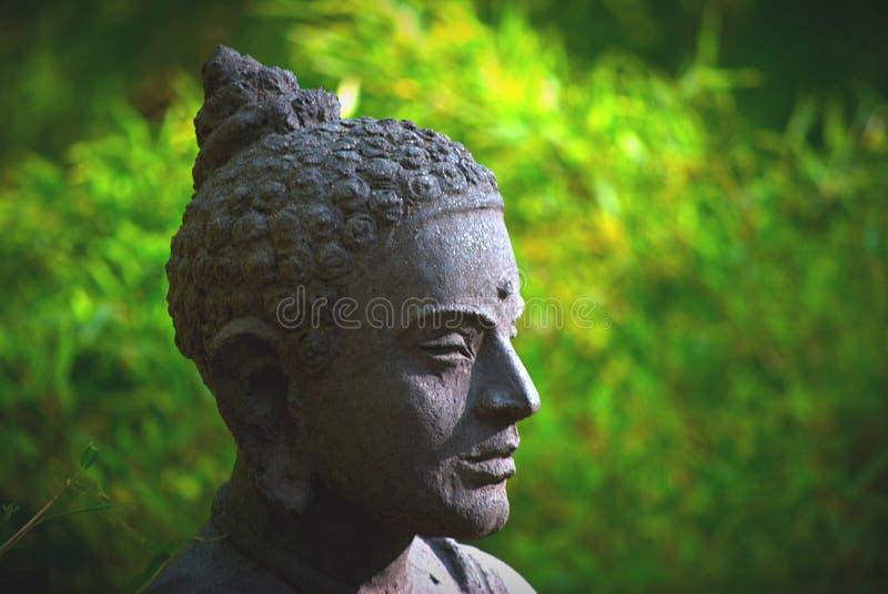 Statua e giardino immagine stock