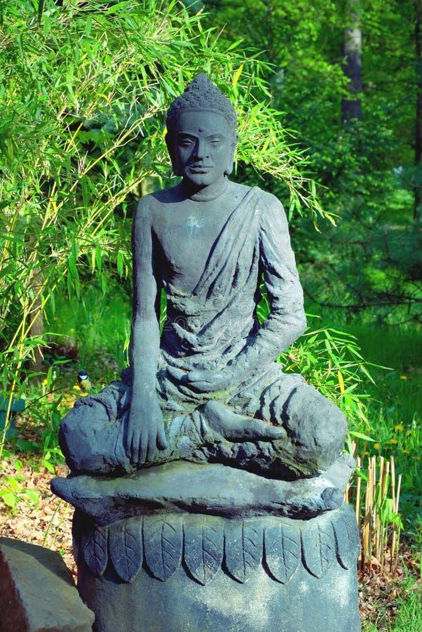 Statua e giardino immagini stock