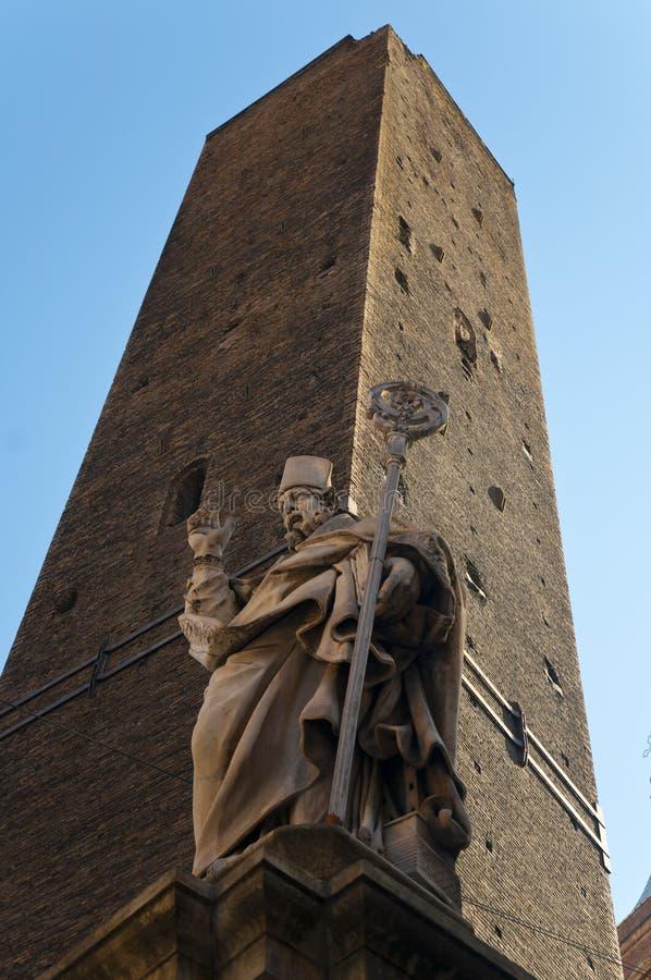 Statua e Le DueTorri Tower, Piazza di Porta Ravengnana, Bologna immagini stock