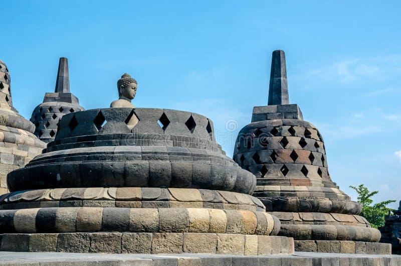 Statua e stupa antichi di Buddha al tempio di Borobudur fotografie stock