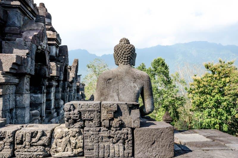 Statua e stupa antichi di Buddha al tempio di Borobudur in Yogyakart fotografie stock