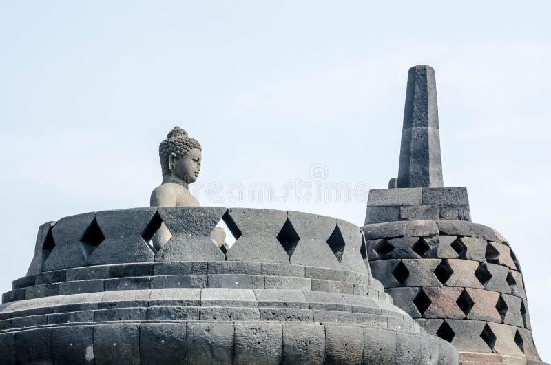 Statua e stupa antichi di Buddha al tempio di Borobudur in Yogyakart immagine stock libera da diritti