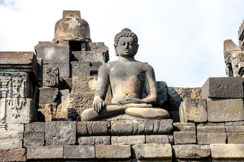 Statua e stupa antichi di Buddha al tempio di Borobudur in Yogyakart fotografia stock libera da diritti