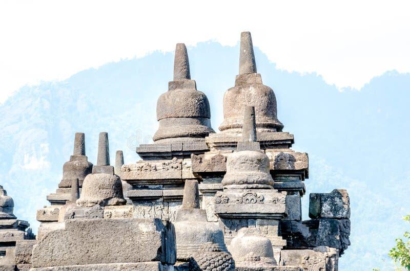 Statua e stupa antichi di Buddha al tempio di Borobudur in Yogyakart fotografie stock libere da diritti