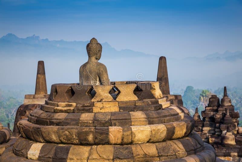 Statua e stupa antichi di Buddha al tempio di Borobudur immagine stock