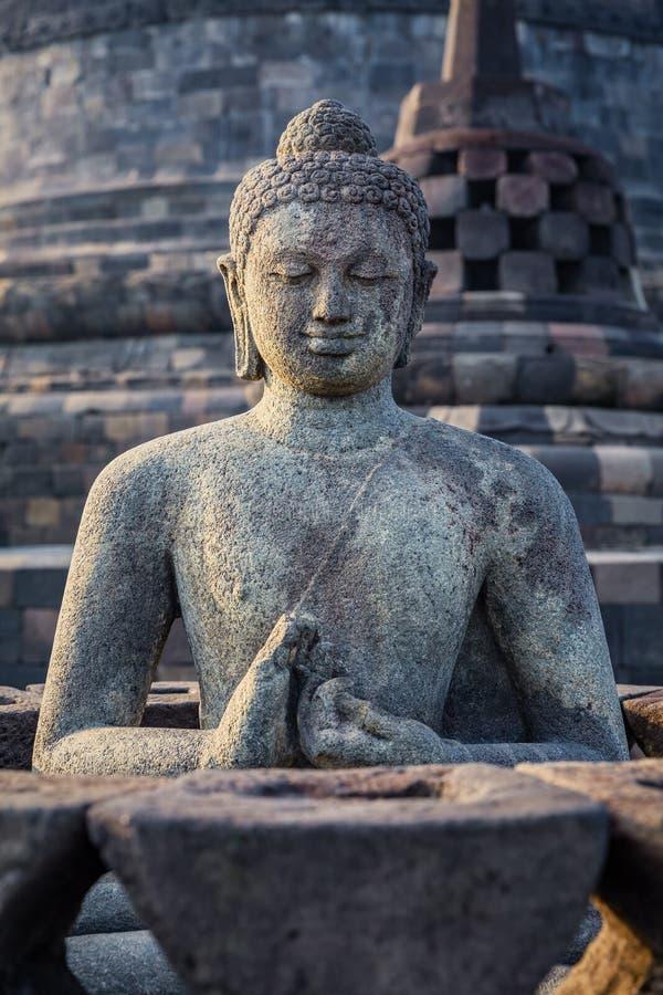 Statua e stupa antichi di Buddha al tempio di Borobudur fotografia stock libera da diritti