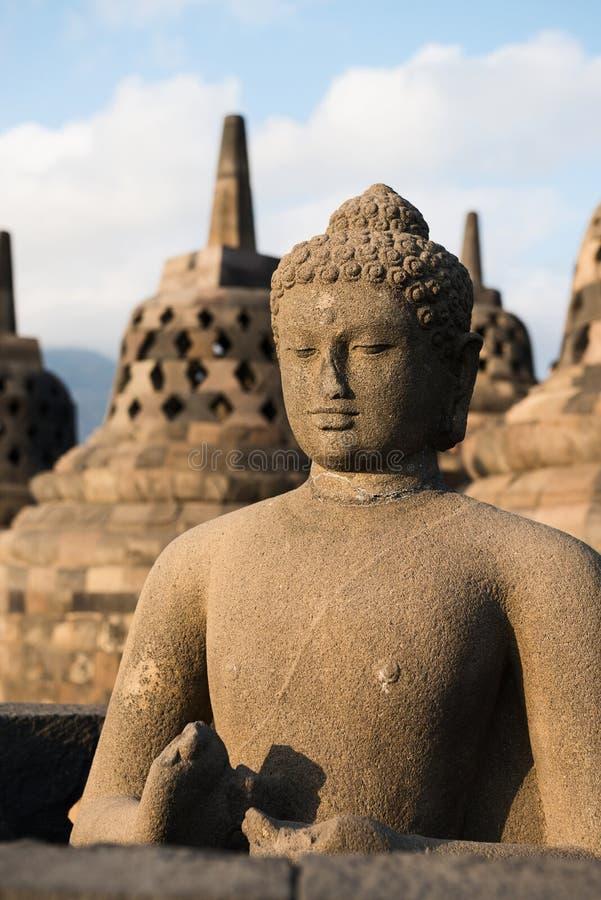 Statua e stupas di Buggha in tempio di Borobudur, Indonesia immagine stock libera da diritti