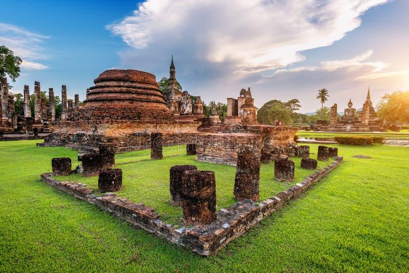 Statua e Wat Mahathat Temple di Buddha fotografia stock