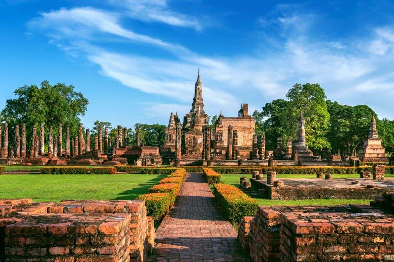 Statua e Wat Mahathat Temple di Buddha nel recinto del parco storico di Sukhothai fotografie stock