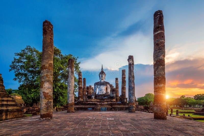 Statua e Wat Mahathat Temple di Buddha nel recinto del parco storico di Sukhothai fotografia stock