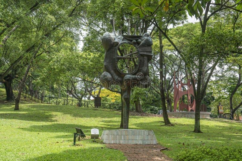Statua, statua ed alberi immagini stock