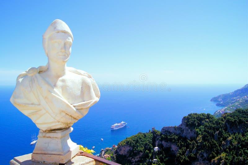 Statua ed il bello litorale di Amalfi fotografie stock libere da diritti
