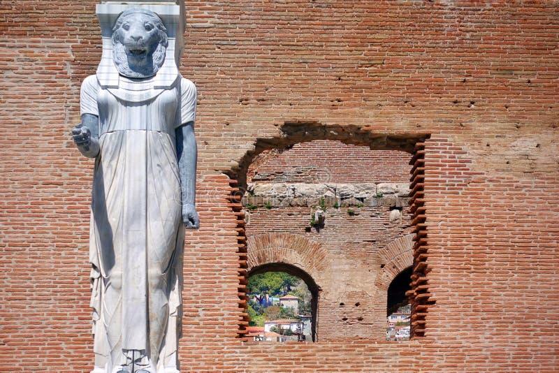 Statua egiziana della dea in Bazilica rosso di Bergama in Turchia immagine stock
