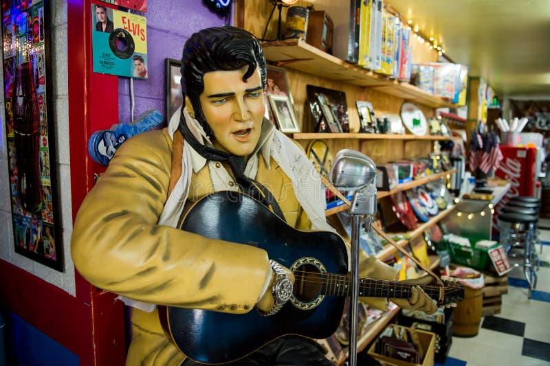 Statua Elvis Presley jak widziane w rocznika sklepu wzdłuż trasy 66 w Seligman zdjęcia stock