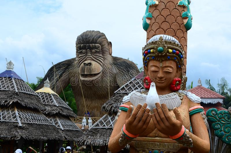 Statua enorme della sirena davanti alla statua di Kingkong fotografia stock libera da diritti