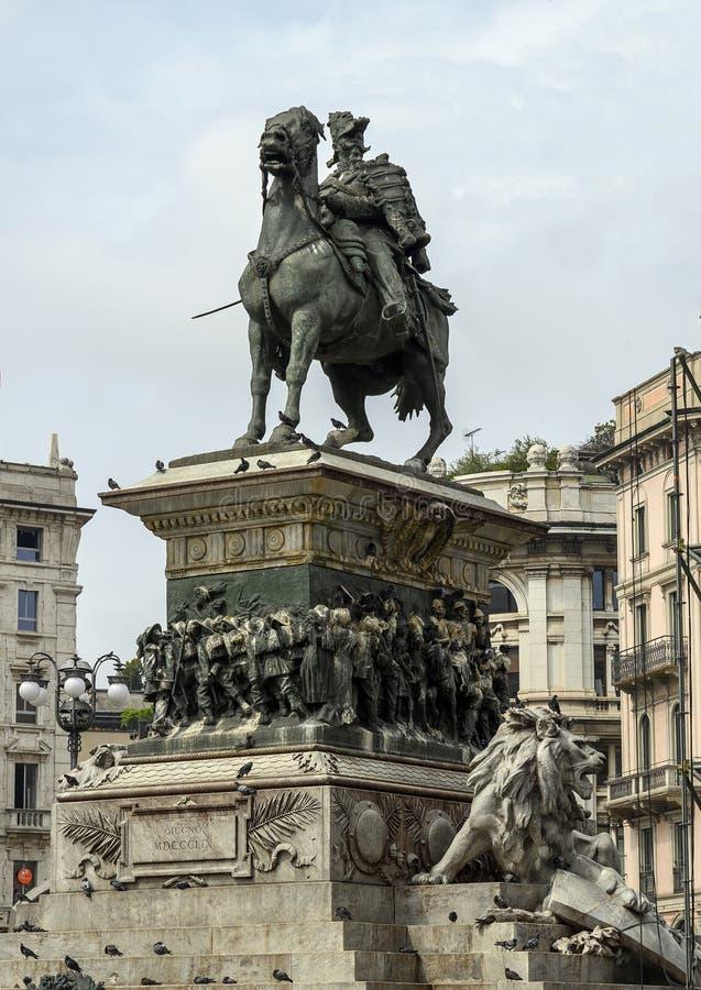 Statua equestre bronzea di Vittorio Emmanuele II al centro della piazza del Duomo in Milan Italy fotografia stock