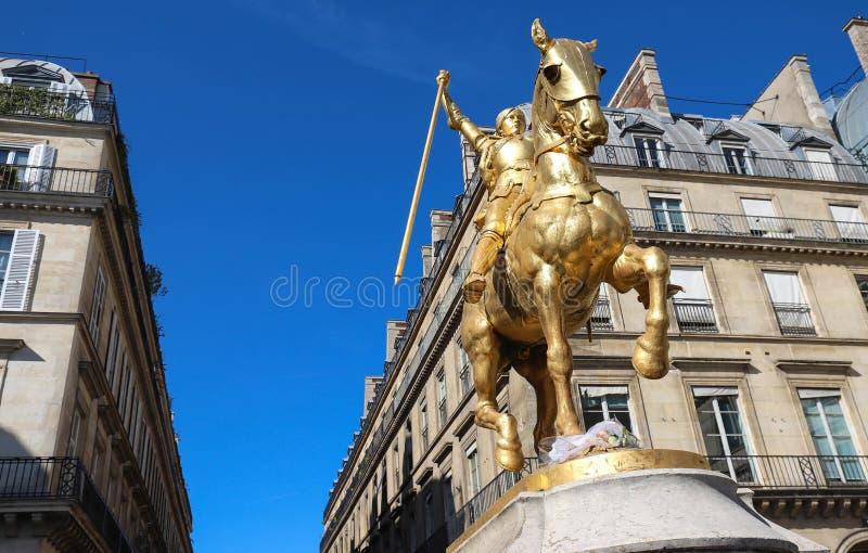 Statua equestre bronzea dorata 1874, descrivente l'arco Giovanna d'Arco di Jeanne d del san Piramidi del DES del posto, Parigi immagini stock libere da diritti
