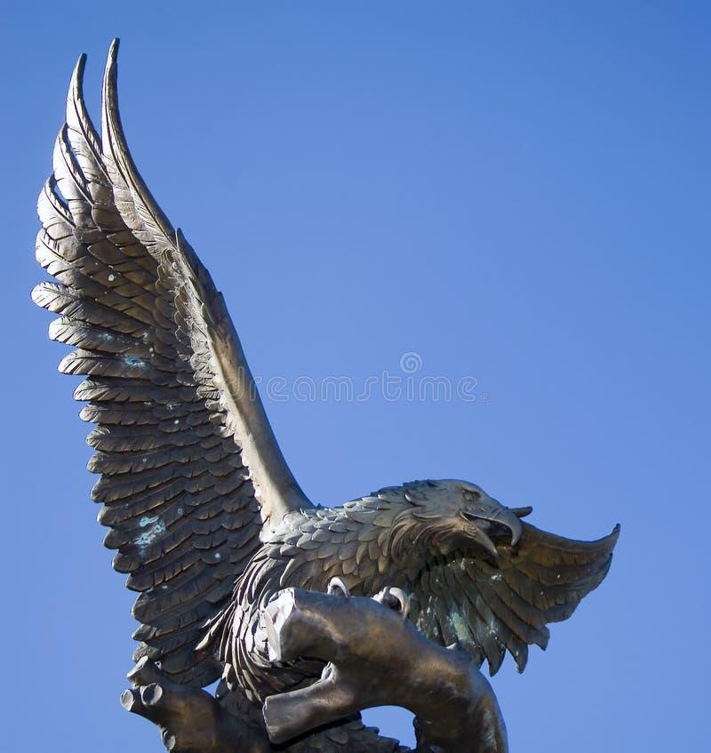 Statua fiera dell'aquila immagine stock