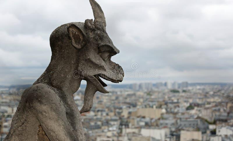 statua gargulec mityczny oskrzydlony potwór Notre Damae d obraz stock