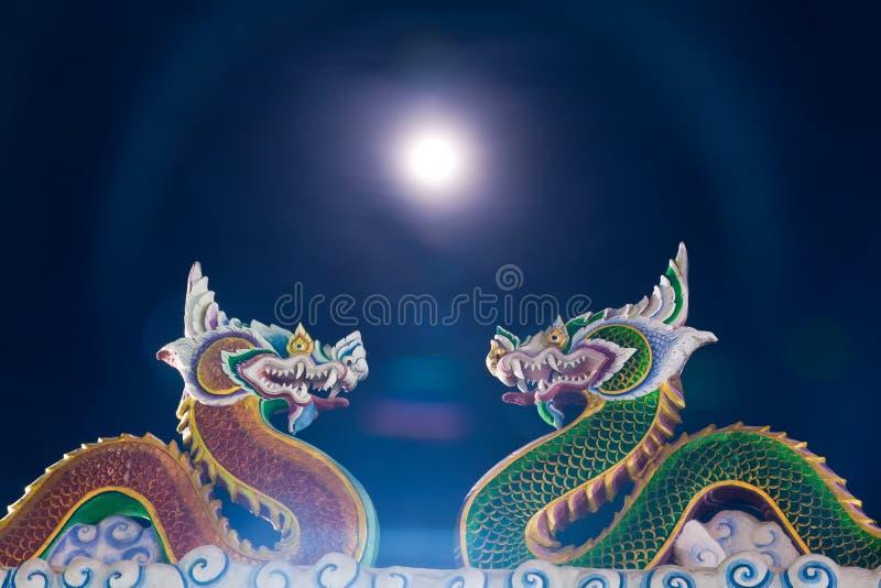 Statua gemellare del drago con la luna immagini stock libere da diritti