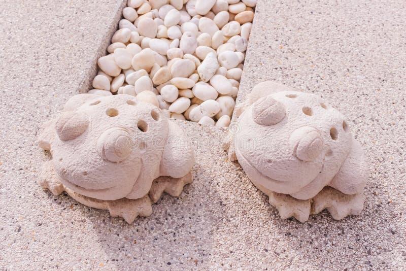 Statua gemellata delle rane fatta da calcare fotografia stock