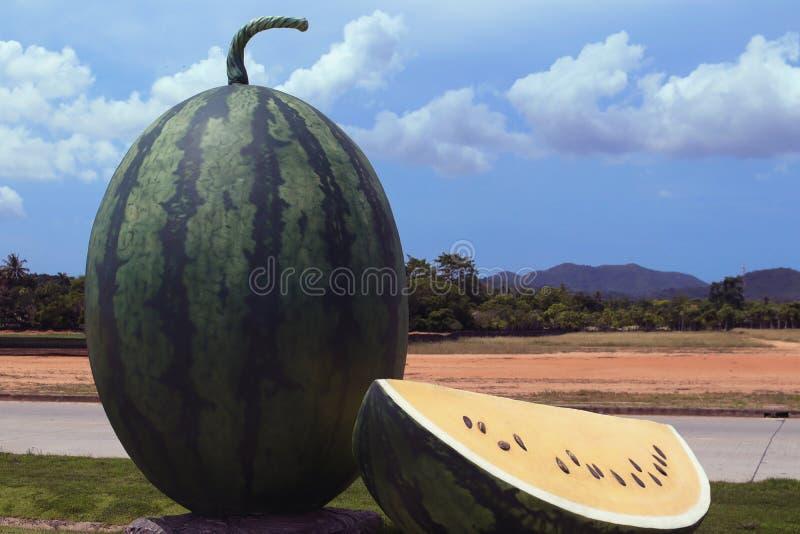 Statua gialla del melone nel giardino fotografia stock