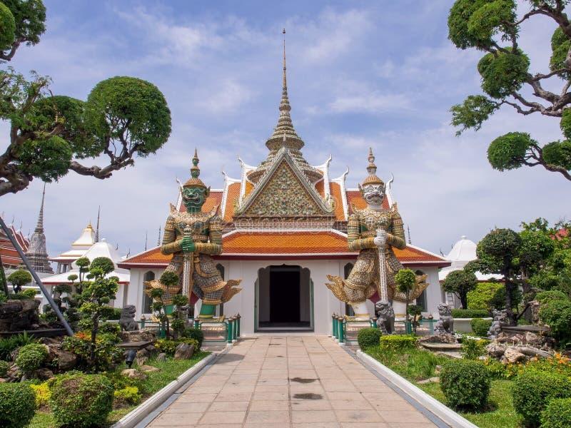 Statua gigante all'entrata del tempio di alba immagine stock libera da diritti