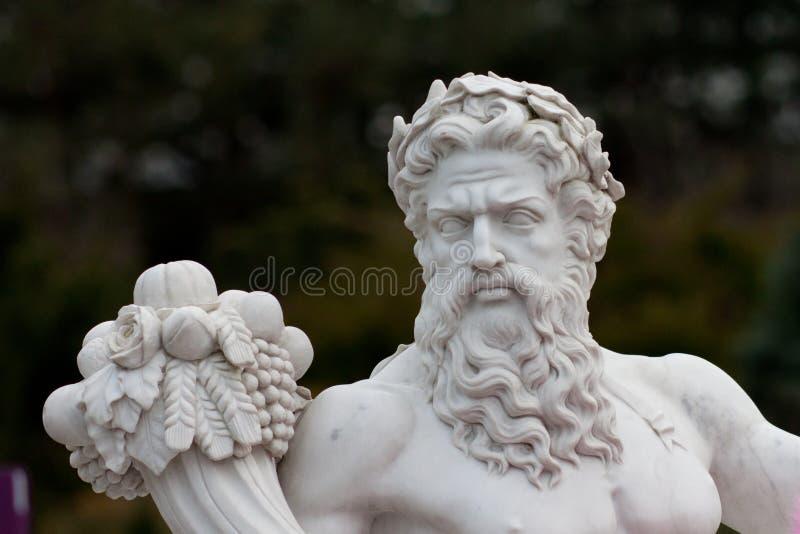 Statua greca con una vite sulla sua testa fotografie stock